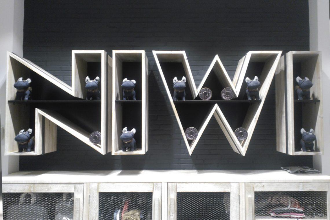 Obra realizada para la tienda de ropa Niwi en el C.C. Plaza Eboli de Pinto. En este caso, el producto utilizado ha sido la Plaqueta Semimanual Cuero Raspada 24x4x1,5cm, pintada posteriormente de blanco y de negro. Una tendencia que cada vez se esta poniendo más de moda. Ir al producto