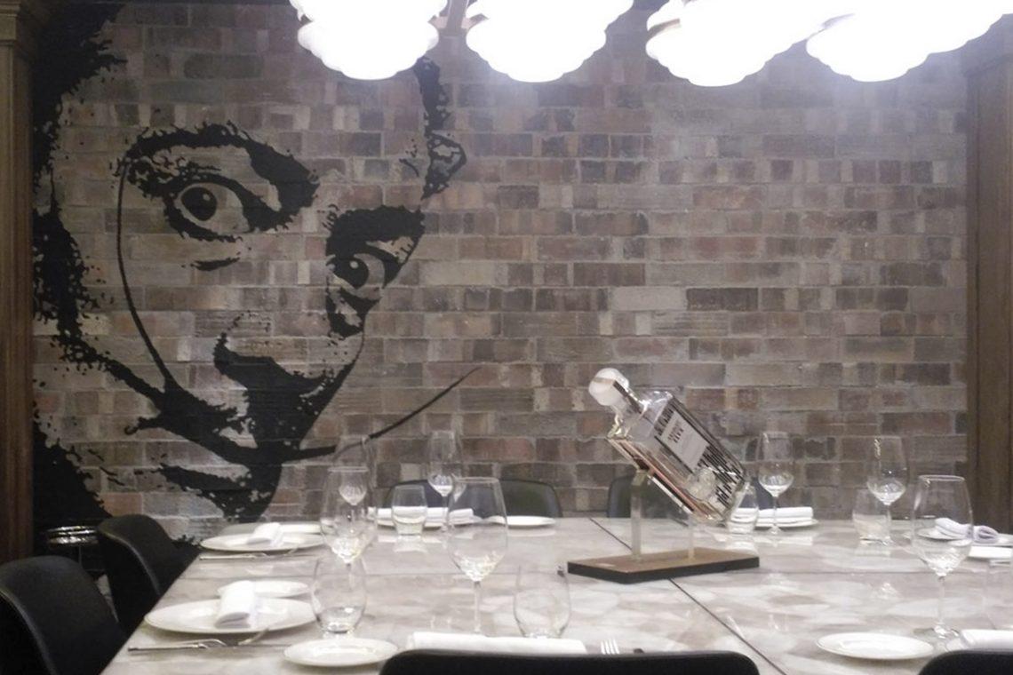 Obra realizada en el Restaurante Tatel en Madrid.TATEL abre sus puertas en Madrid para convertirse en la nueva referencia de la alta cocina tradicional española tanto dentro como fuera de nuestras fronteras. El producto utilizado ha sido Plaqueta Semimanual Klinker Rústica 24x7,5x1,5cm. Sin duda unos de los restaurantes más de moda del momento por el que han pasado grandes figuras. Ir al producto